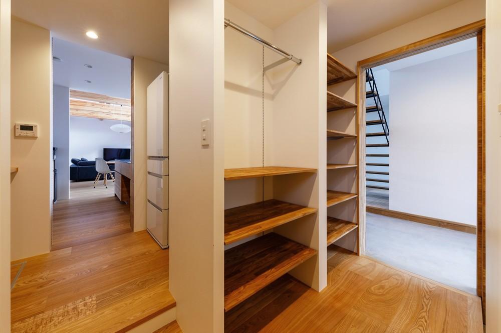 haus-cros / 十字フレームが印象付ける和洋折衷テイストの箱型中庭住宅 (haus-cros ファミリークローゼット&パントリー)