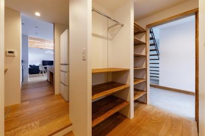 haus-cros ファミリークローゼット&パントリー (haus-cros / 十字フレームが印象付ける和洋折衷テイストの箱型中庭住宅)