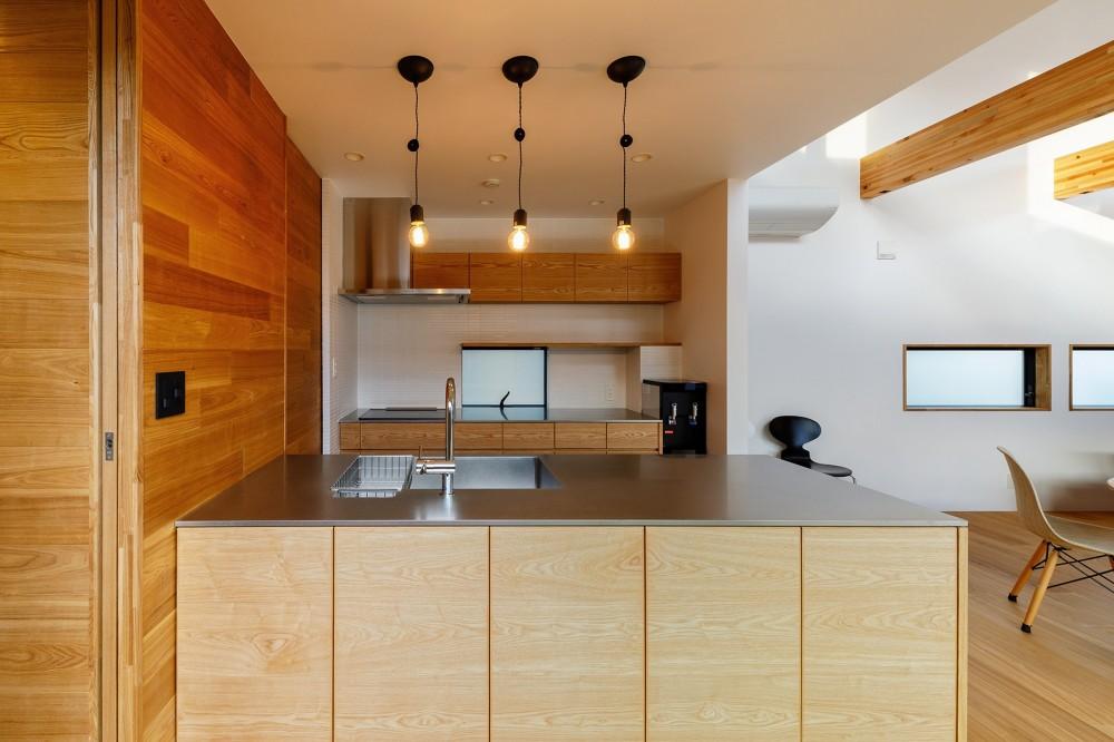 haus-cros / 十字フレームが印象付ける和洋折衷テイストの箱型中庭住宅 (haus-cros キッチン)