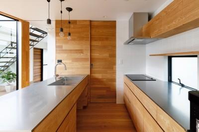 haus-cros キッチン (haus-cros / 十字フレームが印象付ける和洋折衷テイストの箱型中庭住宅)