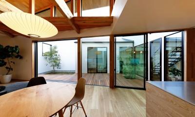 haus-cros / 十字フレームが印象付ける和洋折衷テイストの箱型中庭住宅 (haus-cros ダイニング&中庭)
