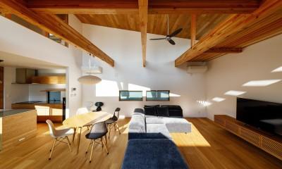 haus-cros / 十字フレームが印象付ける和洋折衷テイストの箱型中庭住宅 (haus-cros リビング)