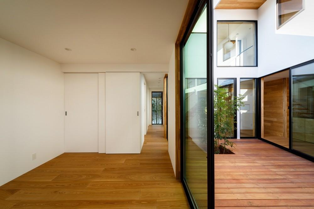 haus-cros / 十字フレームが印象付ける和洋折衷テイストの箱型中庭住宅 (haus-cros 寝室)