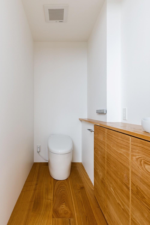 haus-cros / 十字フレームが印象付ける和洋折衷テイストの箱型中庭住宅 (haus-cros トイレ)