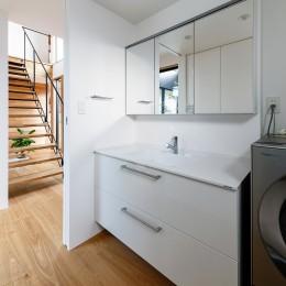 haus-cros / 十字フレームが印象付ける和洋折衷テイストの箱型中庭住宅 (haus-cros 洗面室)