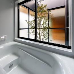 haus-cros / 十字フレームが印象付ける和洋折衷テイストの箱型中庭住宅 (haus-cros 浴室)