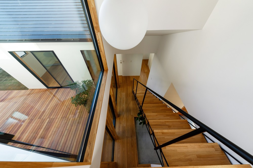 haus-cros / 十字フレームが印象付ける和洋折衷テイストの箱型中庭住宅 (haus-cros 階段)