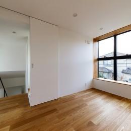 haus-cros / 十字フレームが印象付ける和洋折衷テイストの箱型中庭住宅 (haus-cros 洋室)