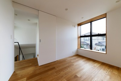 haus-cros 洋室 (haus-cros / 十字フレームが印象付ける和洋折衷テイストの箱型中庭住宅)