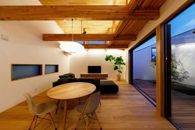 haus-cros リビング&中庭 (haus-cros / 十字フレームが印象付ける和洋折衷テイストの箱型中庭住宅)