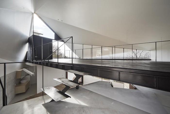 K HOUSE 高台からの眺望を望む、小屋のような住処 (玄関)
