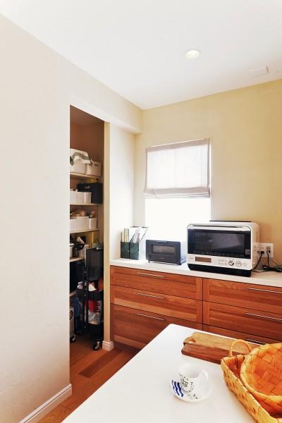 キッチンパントリーの収納量もしっかり確保 (横浜市K様邸 ~Smooth Life~)