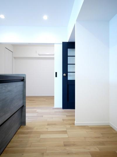 キッチンとリビングドア (ヴィンテージテイストのカフェ風キッチンに)