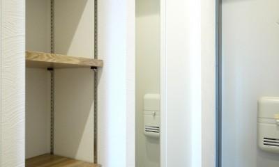 ヴィンテージテイストのカフェ風キッチンに (玄関収納と棚)