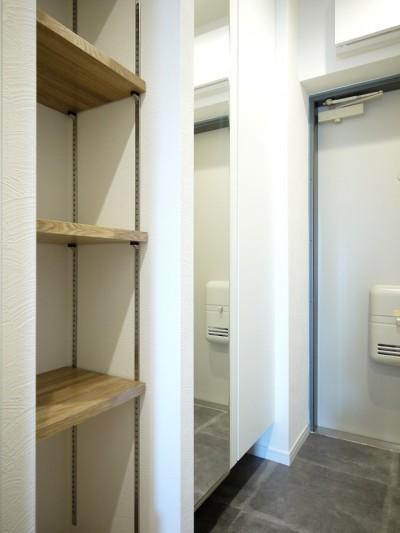 玄関収納と棚 (ヴィンテージテイストのカフェ風キッチンに)