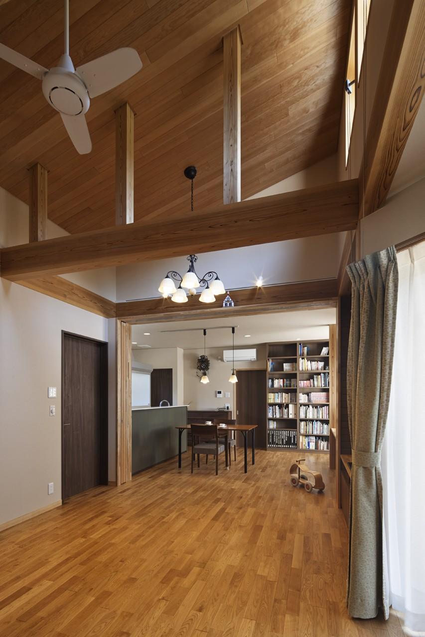 目が行き届く快適な平屋#和歌山の家 (明り取り窓から光が差し込むリビング)