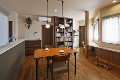 目が行き届く快適な平屋#和歌山の家 (窓に造作家具の机があるダイニング)