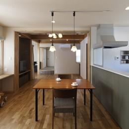目が行き届く快適な平屋#和歌山の家 (ダイニングキッチンから和室まで見通す)
