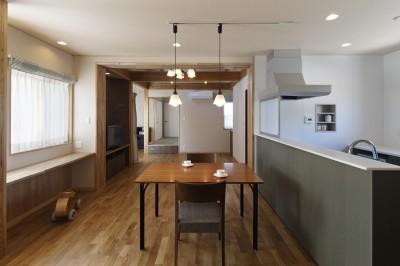 ダイニングキッチンから和室まで見通す (目が行き届く快適な平屋#和歌山の家)