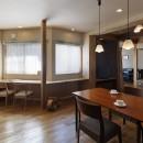 目が行き届く快適な平屋#和歌山の家の写真 キッチンから和室とピアノコーナーを見通す