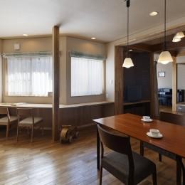 目が行き届く快適な平屋#和歌山の家 (キッチンから和室とピアノコーナーを見通す)