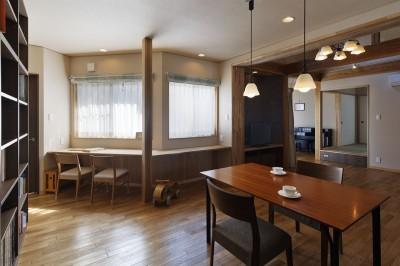 キッチンから和室とピアノコーナーを見通す (目が行き届く快適な平屋#和歌山の家)