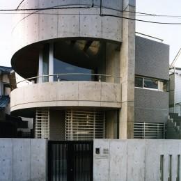 【T字路に建つ家】  外へと膨らみ、内を包み込む曲面の壁
