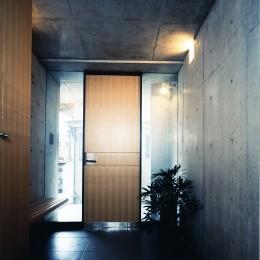 【T字路に建つ家】  外へと膨らみ、内を包み込む曲面の壁 (玄関)