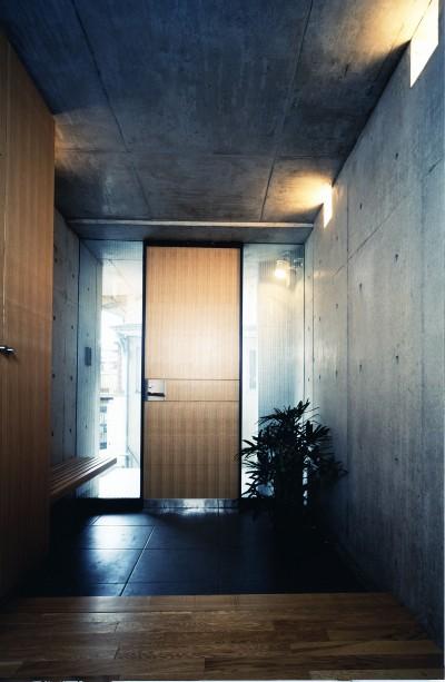 玄関 (【T字路に建つ家】  外へと膨らみ、内を包み込む曲面の壁)