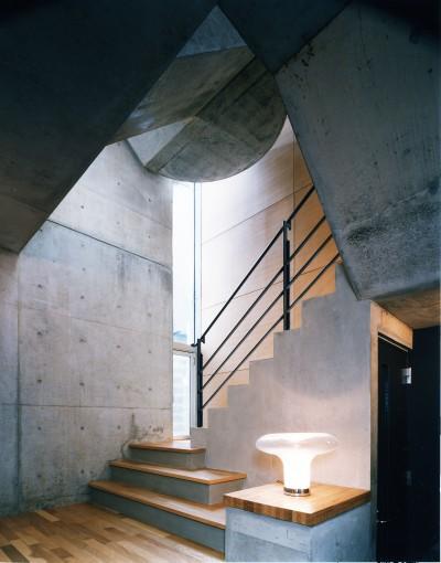 階段ホール (【T字路に建つ家】  外へと膨らみ、内を包み込む曲面の壁)