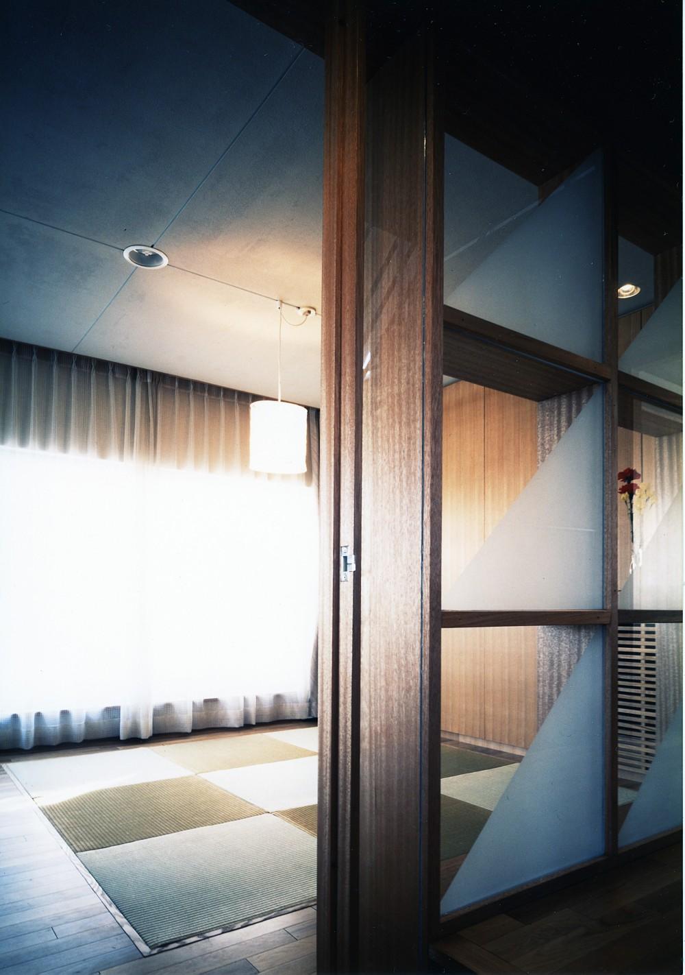 【T字路に建つ家】  外へと膨らみ、内を包み込む曲面の壁 (畳の間)