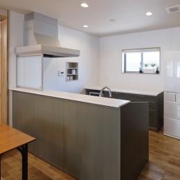 目が行き届く快適な平屋#和歌山の家 (ハイバックカウンターのIH対面キッチンとカウンター収納のキッチン)