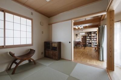 和室からダイニングを見る (目が行き届く快適な平屋#和歌山の家)