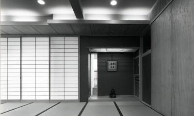 【T字路に建つ家】  外へと膨らみ、内を包み込む曲面の壁 (仏間)