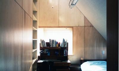【T字路に建つ家】  外へと膨らみ、内を包み込む曲面の壁 (子供部屋)