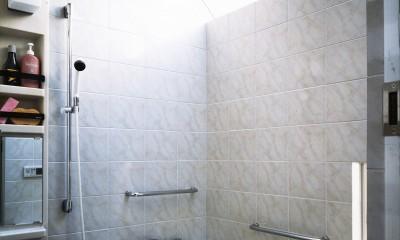 【T字路に建つ家】  外へと膨らみ、内を包み込む曲面の壁 (浴室)