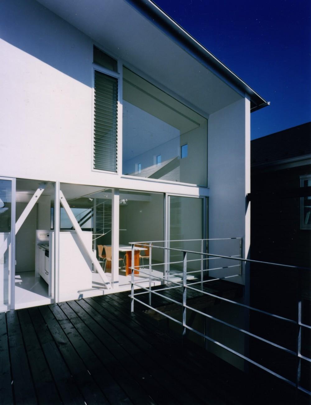 【葉山の家】  基礎の土で築山をつくり、立体的な庭園を生む (ウッドデッキ)