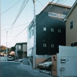 【葉山の家】  基礎の土で築山をつくり、立体的な庭園を生む (外観)