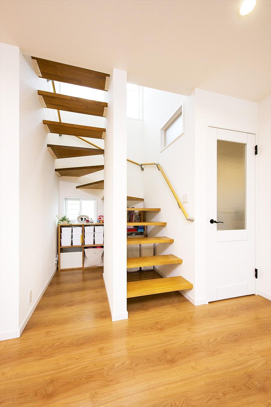 子どもに目が届くオープンキッチン スッキリ広々、子育てが楽しい家へ (【階段】)