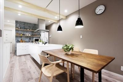 家族の笑顔があつまる、明るいオープンキッチンが主役の家 (【リビング】)