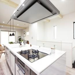 家族の笑顔があつまる、明るいオープンキッチンが主役の家