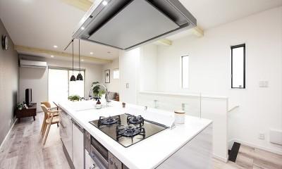 家族の笑顔があつまる、明るいオープンキッチンが主役の家 (【キッチン】)