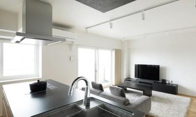 二人で立つアイランドキッチン|これまでの住まいの、お気に入りポイントはいかして不満点を解消した新しい住まい。
