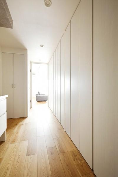 取っ手のない扉もこだわり (これまでの住まいの、お気に入りポイントはいかして不満点を解消した新しい住まい。)