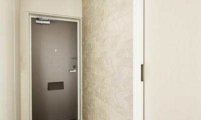 これまでの住まいの、お気に入りポイントはいかして不満点を解消した新しい住まい。 (エコカラット貼りの玄関)