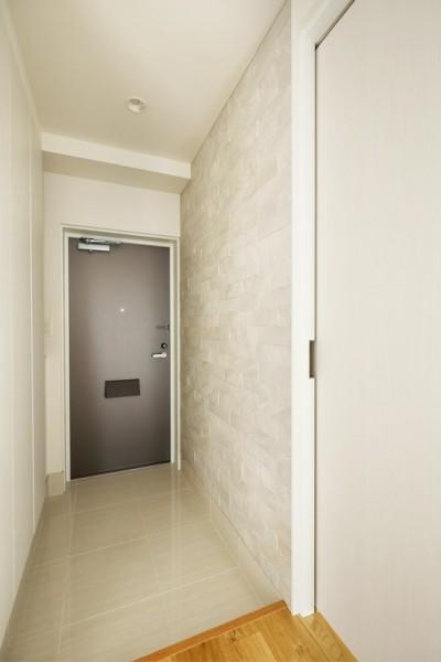 エコカラット貼りの玄関 (これまでの住まいの、お気に入りポイントはいかして不満点を解消した新しい住まい。)