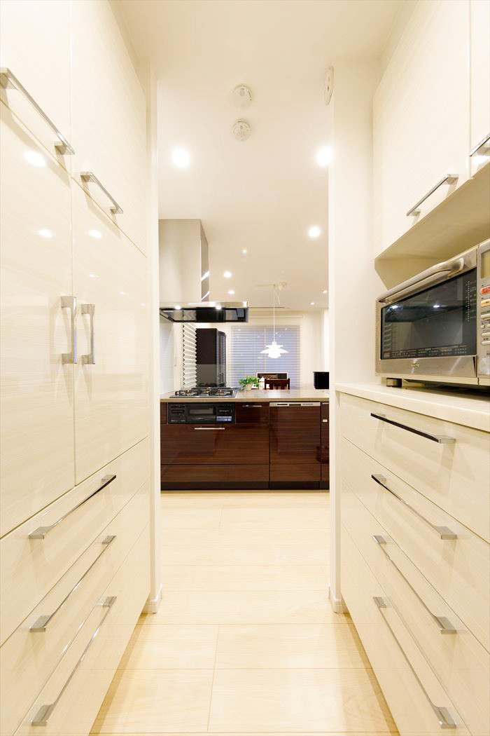 こだわりの輸入家具が映える、寛ぎリビングが誕生 (【キッチン・システムキッチン】)