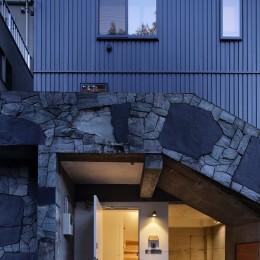 東五反田の住宅/ 空き家木造住宅のリノベーション (玄関夕景)