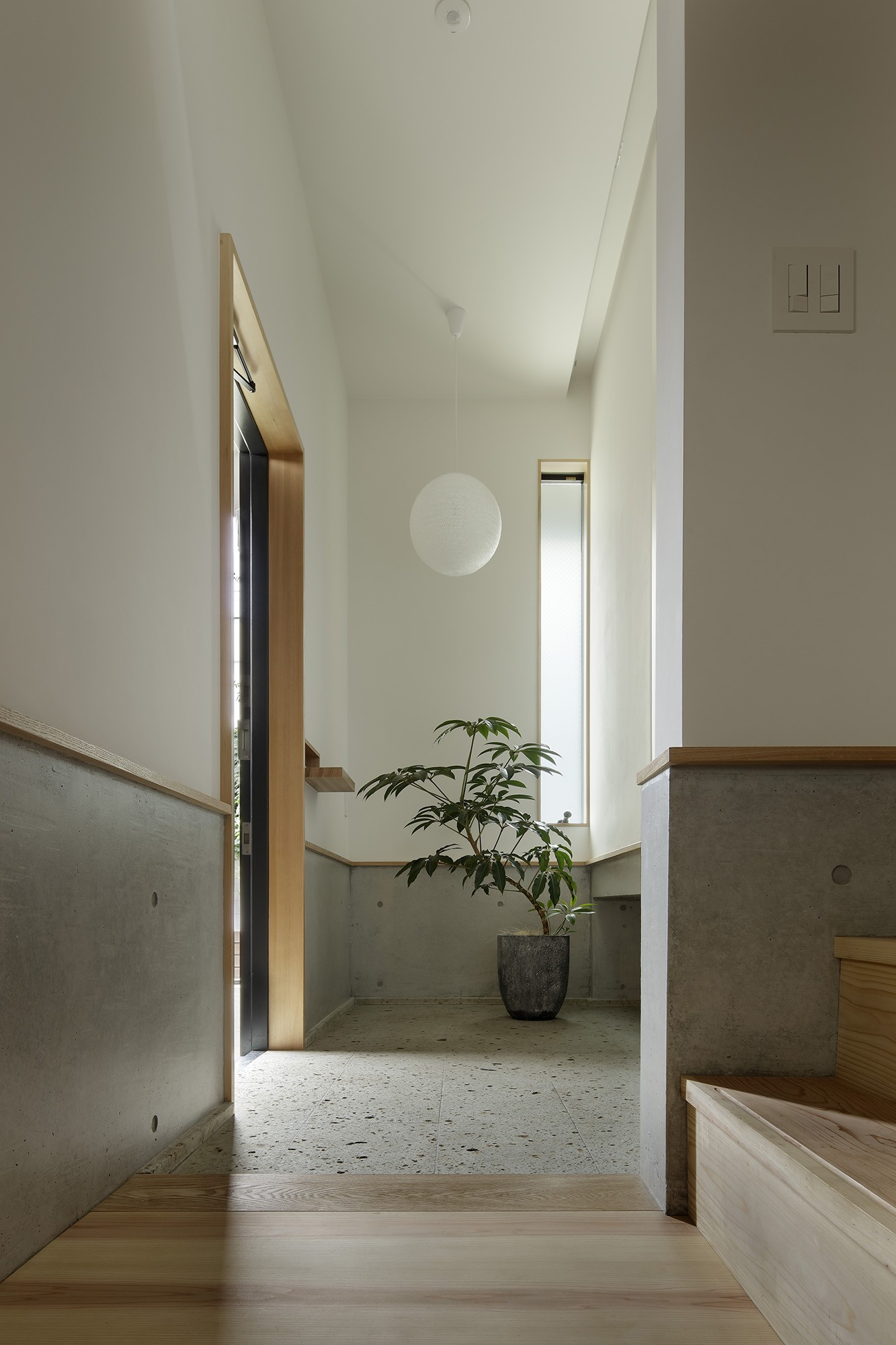 玄関事例:玄関(桜上水の住宅 / 半地下と屋上の効果)