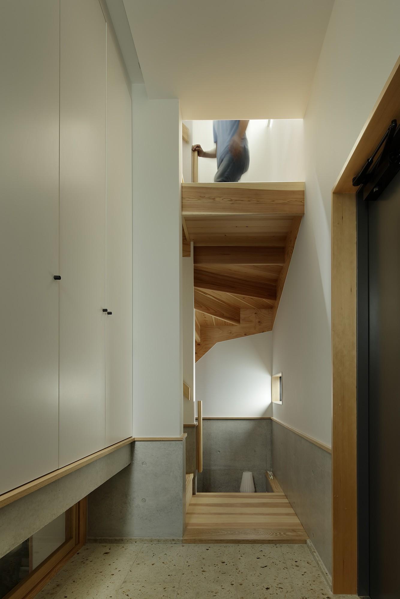 玄関事例:玄関と階段(桜上水の住宅 / 半地下と屋上の効果)
